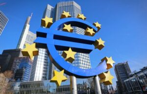 A scultpure of the Euro symbol in front of a tall office building - do you trade european options?
