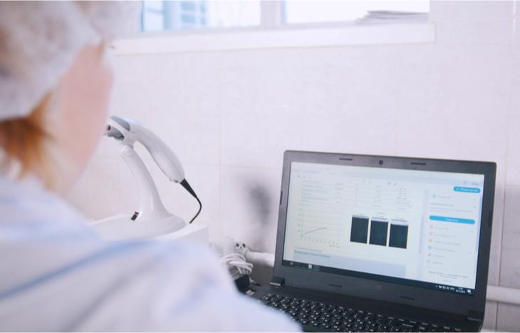Mujer aprendiendo a invertir en acciones de biotecnología