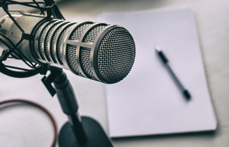 a microphone that the best investing podcasts use
