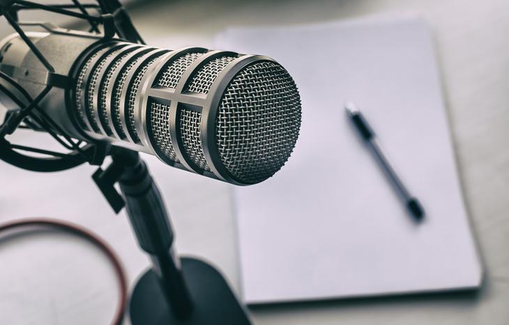 un micrófono que utiliza los mejores podcasts de inversión