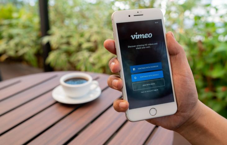 Las acciones de Vimeo son la última salida a bolsa derivada de la empresa matriz IAC.  Vimeo es una plataforma de video cuya pantalla de inicio de sesión es visible en un dispositivo móvil.