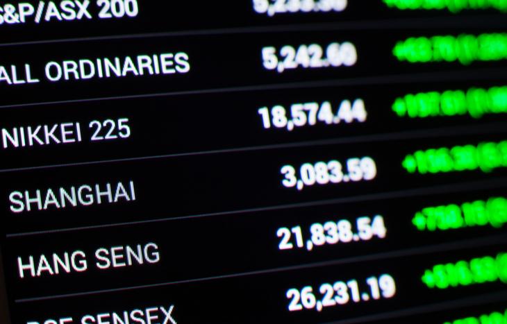 Tickers montrant des statistiques sur la façon d'acheter des actions sur une bourse étrangère